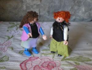 dos ninots playmobil amb robes de tela