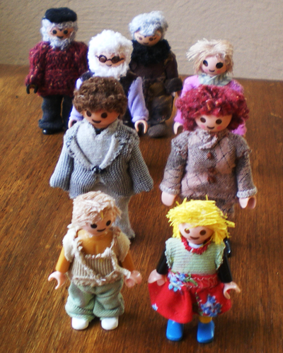 muñecos playmobil representando una família y sus antepasados