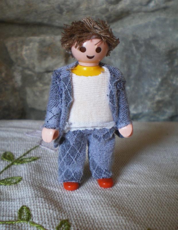 un muñeco playmobil con ropa de tela